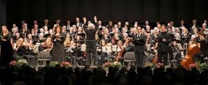 Reinhold Richter leitete das Gemeinschaftskonzert von Cornelius-Burgh-Chor, Kirchenchor St. Helena und Camerata Gladbach, unterstützt von erstklassigen Solisten, in der Erkelenzer Stadthalle. FOTO: Jürgen Laaser